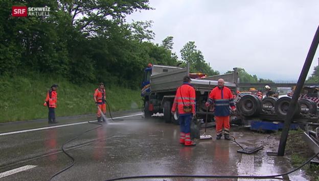 Video «Lastwagen gerät über Mittel-Leitplanke – Vollsperrung der A1» abspielen