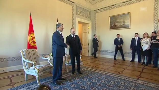 Video «Putin und Atambajew treten nach Arbeitstreffen vor die Medien» abspielen