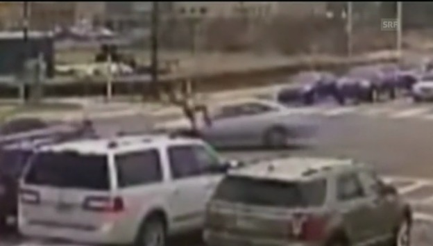 Video «Töff-Fahrer übersteht Crash mit zwei Saltos unverletzt» abspielen