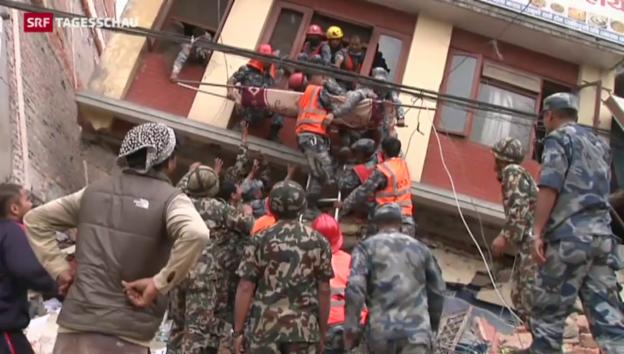 Video «Nachbeben und die Suche nach Opfern in Nepal» abspielen