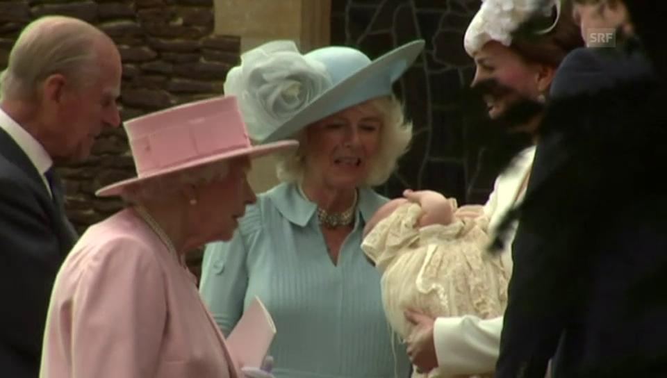 Die Königsfamilie versammelt sich vor der Kirche