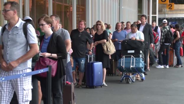 Video «Grossangelegte Polizeikontrolle am Genfer Flughafen» abspielen