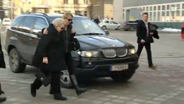 Video «Königin Beatrix und Frisos Frau, Mabel, am Samstag auf dem Weg ins Krankenhaus (unkomm.)» abspielen