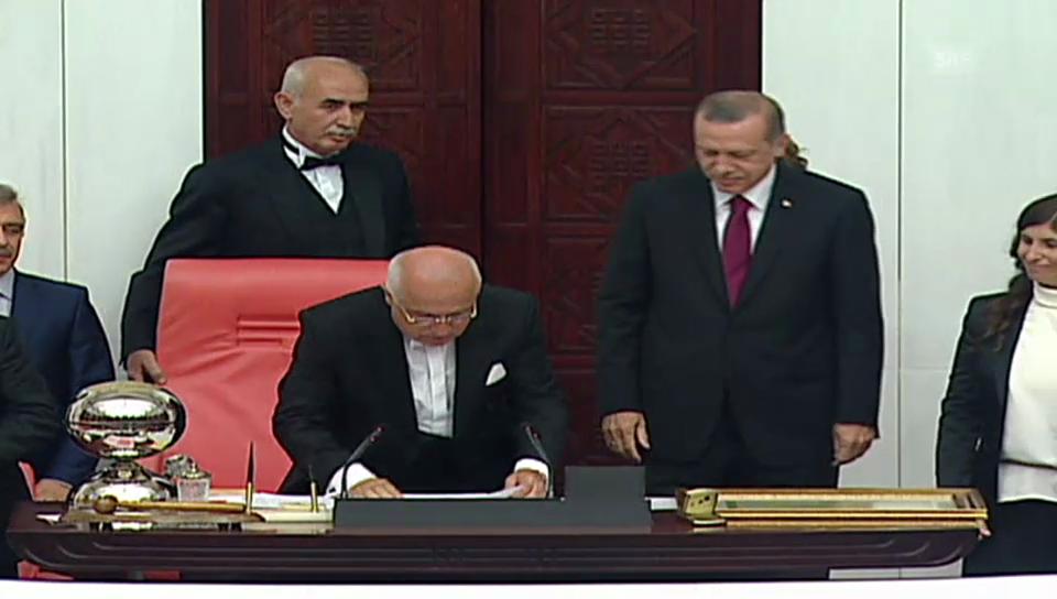 Erdogan wird im Parlament begrüsst (unkommentiert)