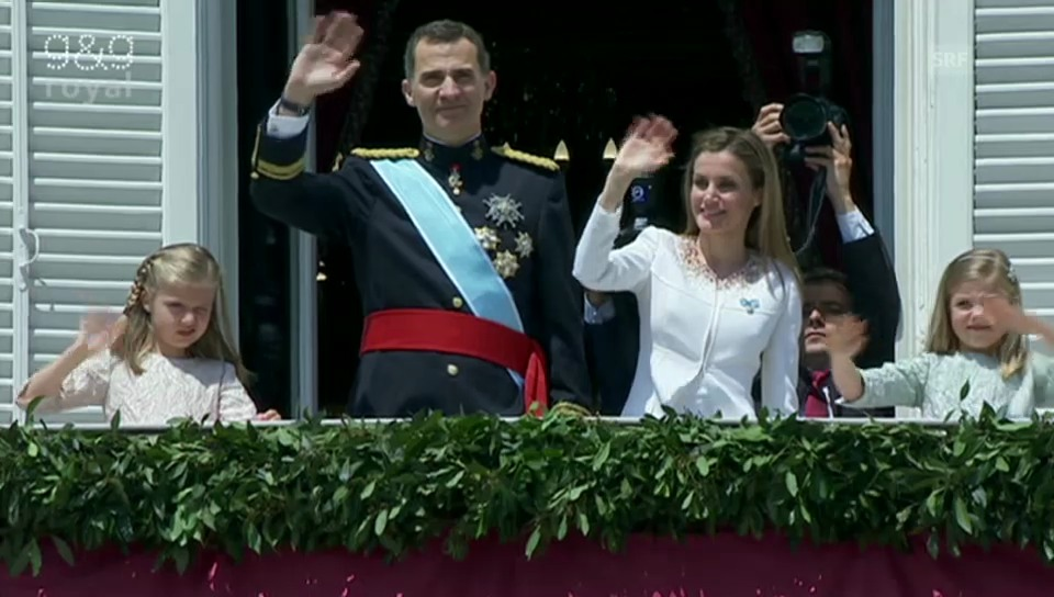Felipe und seine Familie winken dem Volk zu.