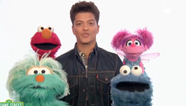 Video «Bruno Mars singt in der Sesamstrasse» abspielen