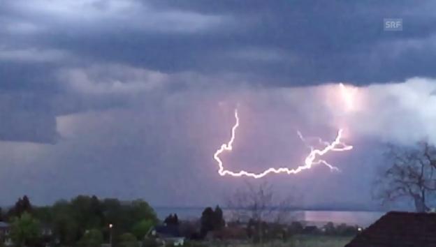 Video «Blitze über dem Bodensee (SRF Augenzeuge: Stefan Inhelder)» abspielen