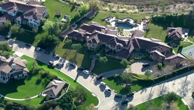 Video «Justin Biebers Villa wird von der Polizei durchsucht» abspielen