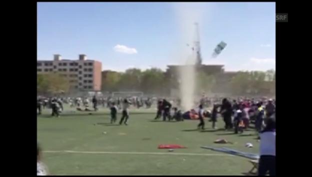Video «Mini-Tornado wirbelt Sportfest durcheinander» abspielen
