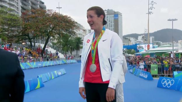 Video «Spirig erhält die Silbermedaille überreicht» abspielen
