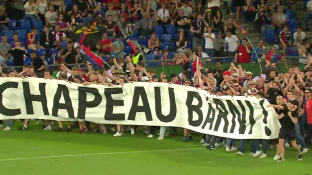 Video «FCB-Fans stürmen den Platz für Heusler» abspielen