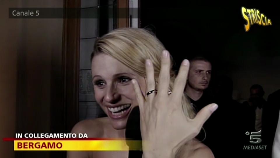 Hier zeigt Michelle Hunziker ihren Ring der ganzen Nation