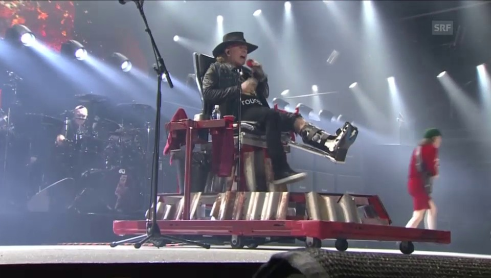 Axl Rose rockt AC/DC Hits im Sitzen