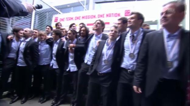Video «Die Nati intoniert den «Schweizerpsalm» am Flughafen» abspielen