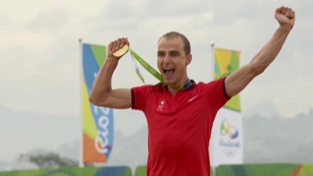 Video «Olympiasieger Nino Schurter erhält seine Goldmedaille» abspielen