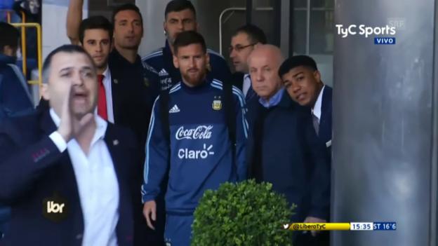 Video «Messi holt weggeschicktes Kind zurück» abspielen
