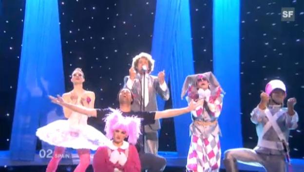 Video «Ein Fan drängt sich zwischen Daniel Diges und seine Tänzer.» abspielen