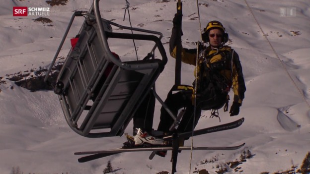 Video «Spektakuläre Rettung blockierter Berggondel» abspielen