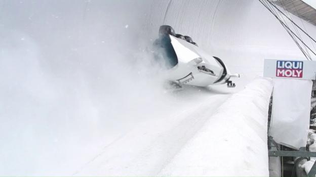 Video «Kurzer Auslauf: Bobfahrer rutschen fast auf Skipiste» abspielen