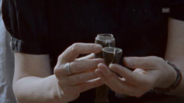 Video «Patti Smith mit der Urne von Robert Mapplethorpe» abspielen