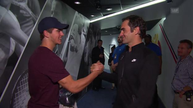 Video «Federer bedankt sich bei Hischier fürs Zuschauen» abspielen