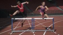 Video «100 m Hürden mit Hängen und Würgen: Büsser tritt gegen Siebenkämpferin Géraldine Ruckstuhl an» abspielen