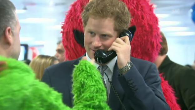 Video «Prinz Harry als Wohltätigkeits-Telefonist» abspielen