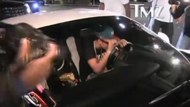 Video «Justin Bieber fährt Paparazzi an» abspielen