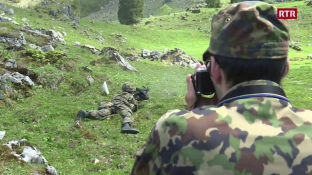 Laschar ir video «Defender la Svizra cun ina camera da fotografar?»