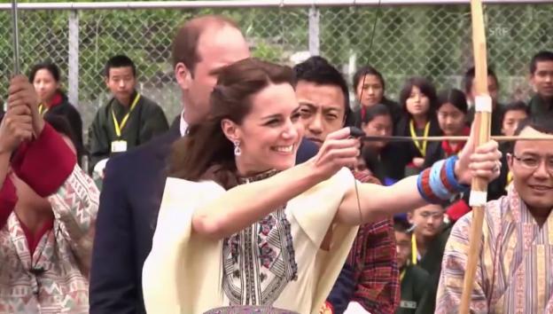 Video «William und Kate beim Bogenschiessen» abspielen