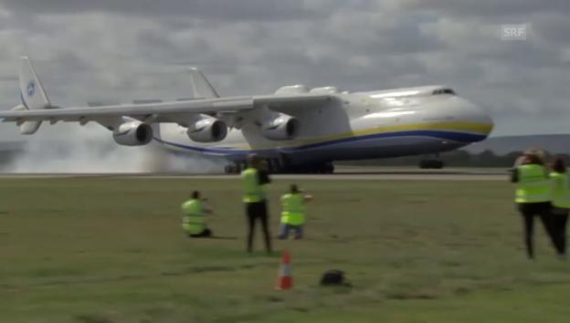 Video «Weltgrösstes Flugzeug landet in Perth» abspielen
