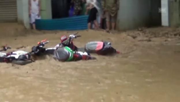 Video «Überschwemmungen und reissende Fluten in Südasien» abspielen