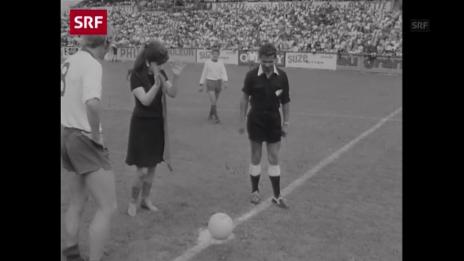Link öffnet eine Lightbox. Video Als Lollobrigida den Anstoss ausführte: Archivperlen aus 125 Jahre FCB abspielen