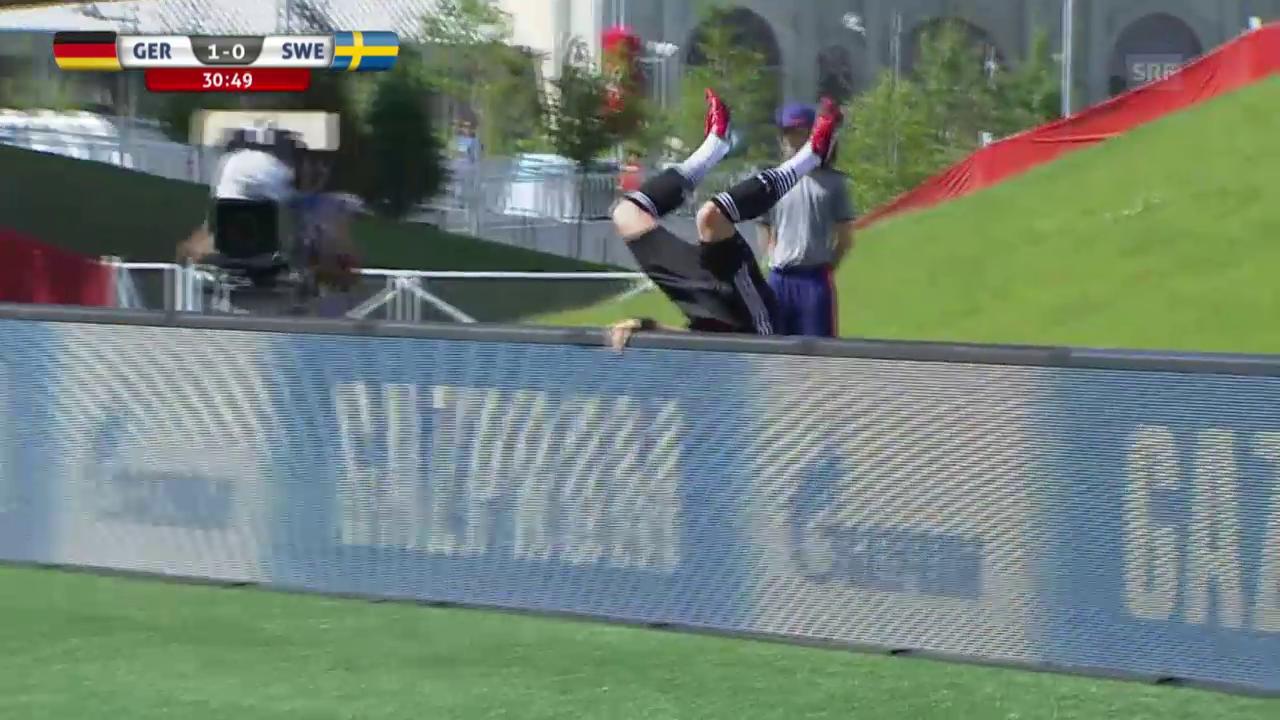 Fussball: Frauen-WM, Achtelfinal Deutschland - Schweden, Slapstickeinlage Laudehr