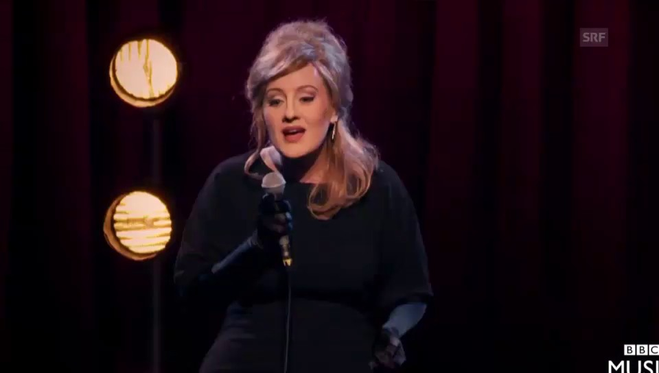 Adele an Doppelgängerinnen-Show (unkomm.)