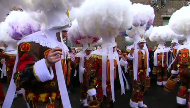 Video «Ein Tausend «Gilles» in den Strassen von Binche» abspielen
