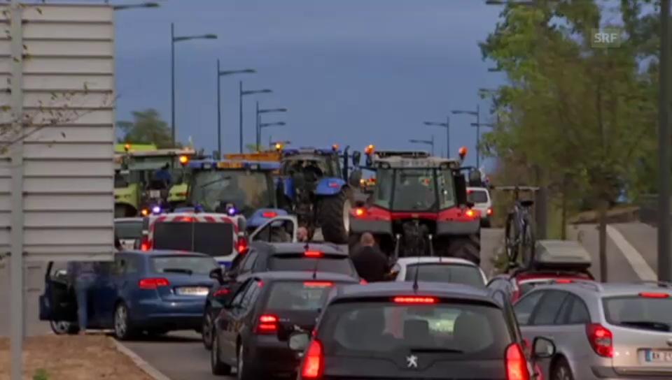 Bauern kontrollieren Lastwagen an der Grenze zu Deutschland