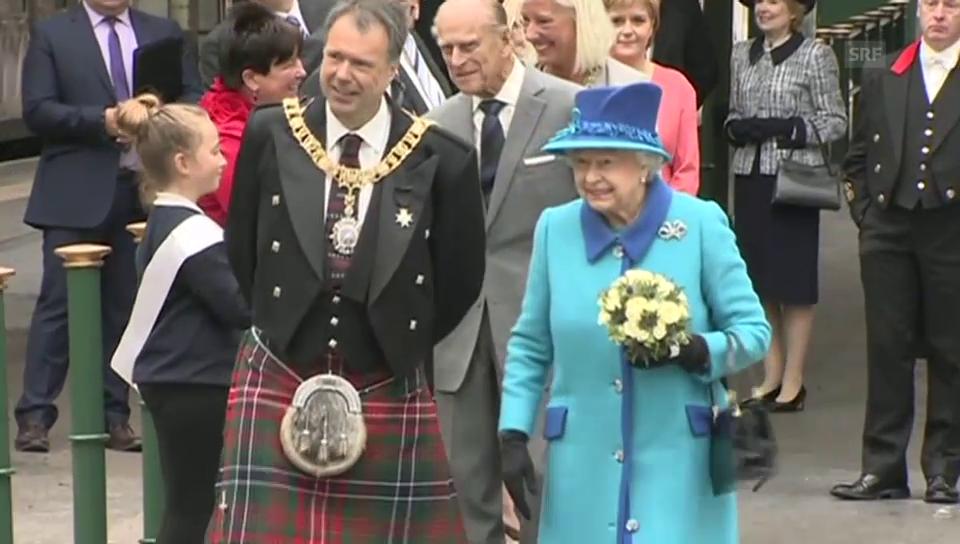 Queen Elizabeth eröffnet historische Bahnlinie (unkomm. Video)