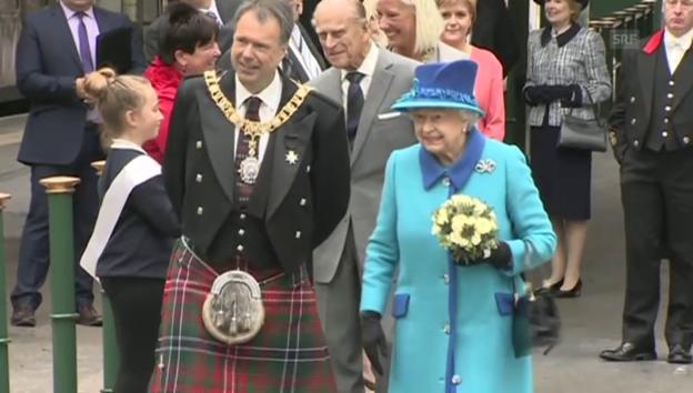 Video «Queen Elizabeth eröffnet historische Bahnlinie (unkomm. Video)» abspielen