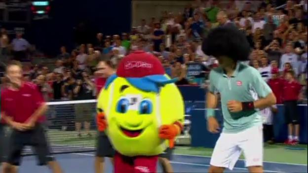 Video «Djokovic feiert seinen Sieg mit Perücke und Tanz» abspielen