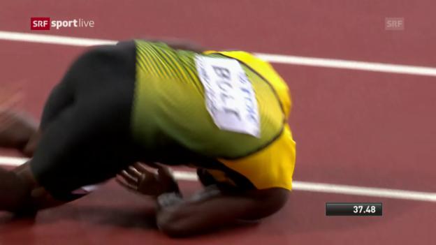 Video «Hier schlägt das Schicksal zu – Bolt krümmt sich auf der Bahn» abspielen