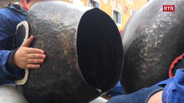 Laschar ir video «Chalandamarz a Zuoz – plumpas e stgellas»