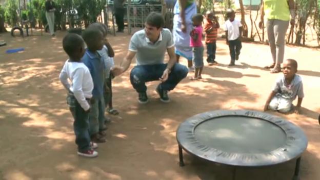 Video «Roger Federer: Wohltätige Mission in Südafrika» abspielen