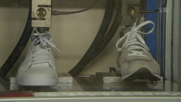 Video «Sneaker im Qualitätstest: Bei diesen Modellen drückt der Schuh» abspielen