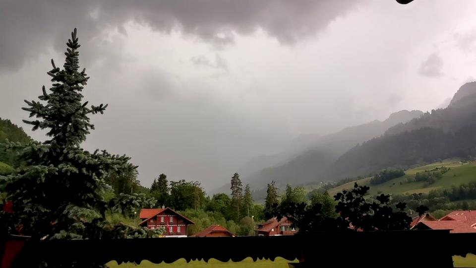 Ein Gewitter zieht auf in Oey-Diemtigen, SRFMeteoVideo von L. Neukomm.
