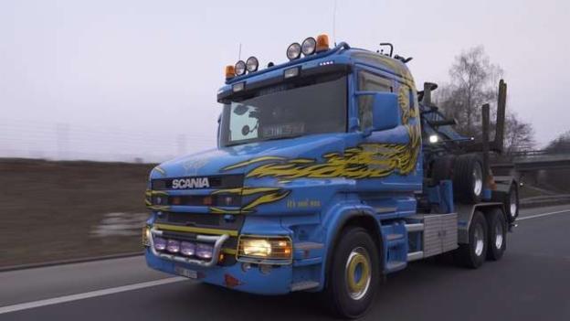 Video «LKW – vom Holztransport bis zum Kunstwerk» abspielen