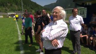 Video «Die versammelte Schweizer Promischar jagt dem Ball nach» abspielen
