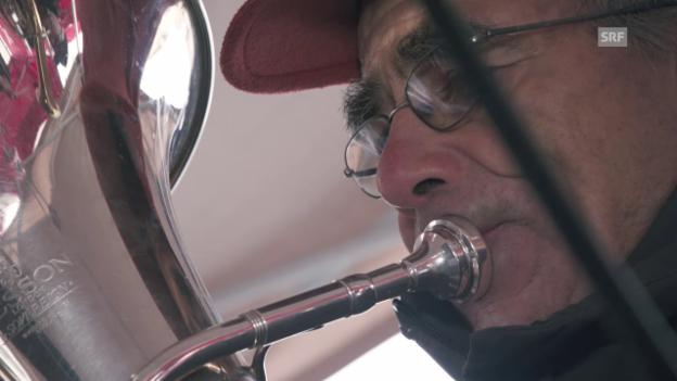 Video ««Dorfplatz Sent» mit der Società da musica da Sent live in der «Fiirabigmusig»» abspielen
