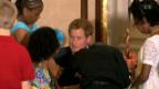 Video «Prinz Harry erobert die Herzen» abspielen