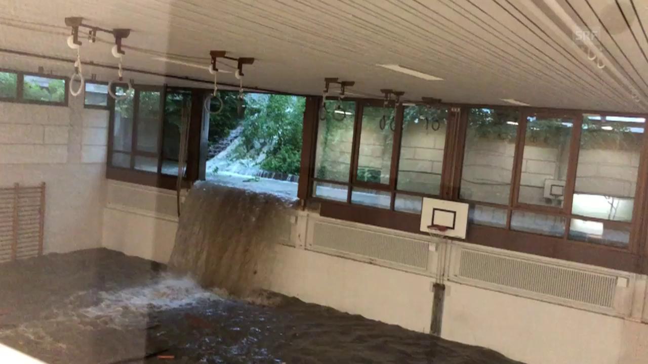 Die Turnhalle steht unter Wasser.